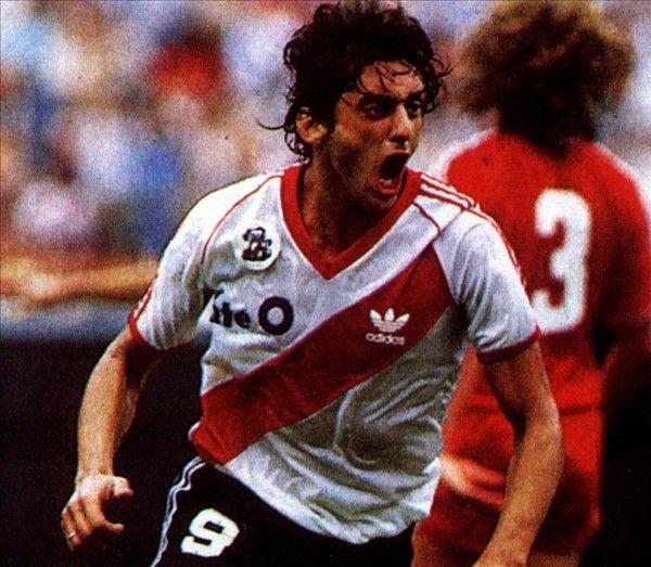 """Enzo Francescoli, conocido como """"El Príncipe"""", es considerado uno de los mejores futbolistas sudamericanos de los 80' y 90'. Ídolo histórico del Club River Plate de Argentina."""