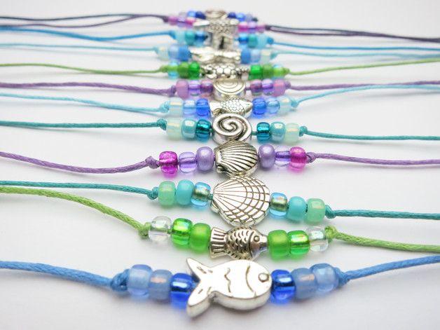*♥ 10 Armbänder für den Kindergeburtstag ♥*  Perlen gefädelt auf ein Baumwollband werden einfach um das Handgelenk geknotet.  Sehr gut geeignet für den MEERJUNGFRAUEN-Kindergeburtstag als...