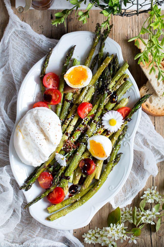 Sałatka z pieczonych szparagów z sezamem, jajkiem, pomidorkami i bekonem, roasted asparagus with sesame, egg and bacon #szparagi #sałatka #asparagus #salad
