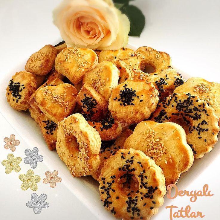 En güzel mutfak paylaşımları için kanalımıza abone olunuz. http://www.kadinika.com Buyrun kurabiyelerin pişmiş hali ve tarifi  Akşam  için çayın yanına gemen hazırlayabilirsiniz  . TARİF 1 yumurta beyazı (sarısı üzeri için) 150 gr tereyağı  1çay bardağı sıvı yağ Bir kabartma tozu Bir tatlı kaşığı mahlep  Bir çay kaşığı tuz  İki yemek kaşığı toz şeker Aldığı kadar un Üzeri için  Çörek otu  Yapılışı Öncelikle oda ısısında olan malzemelerimizle yumuşakça bir hamur yoğuruyoruz. Daha sonra…