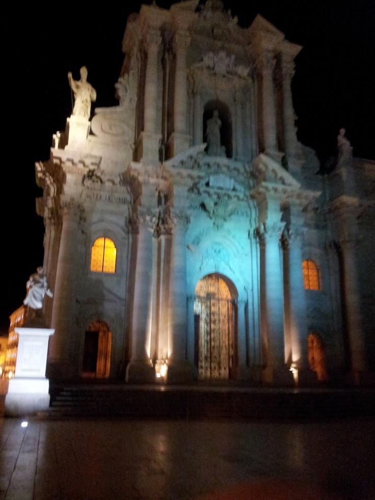 La facciata barocca della cattedrale di Siracusa : miscellanea di diversi stili architettonici come ionico, romano, bizantino, barocco