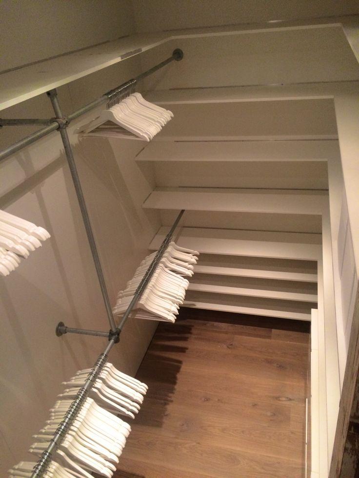Walk in closet. DIY. Steigerbuizen. Witte planken. Inloopkast.