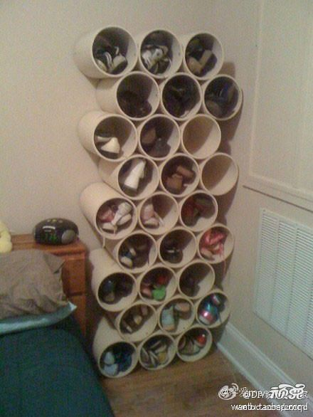 English: PVC piping used to hold shoes. Cute and creates decor display as opposed to ugly racks.