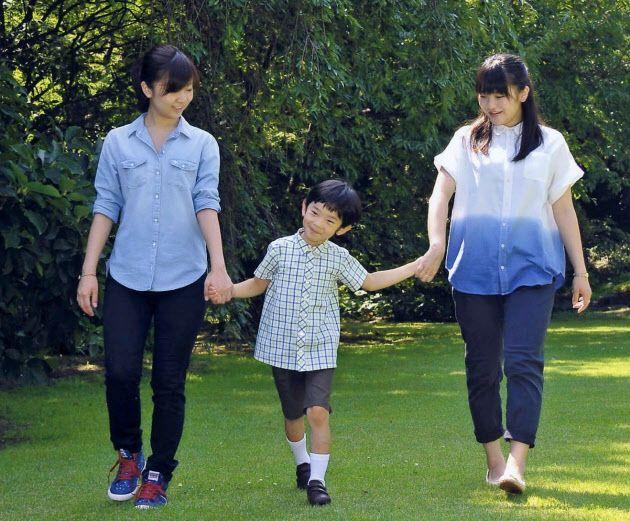 悠仁さまが6日、7歳の誕生日を迎えられた。写真は7月に佳子さま(左)、眞子さまと散策する悠仁さま(東京・元赤坂の秋篠宮邸)=宮内庁提供・共同