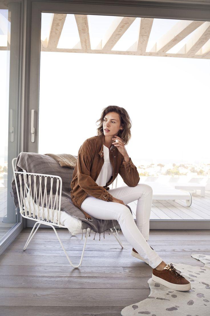 SUMMER TIME -  Blouson en cuir camel, pantalon slim blanc et sneakers camel No Name x IKKS, collection femme Printemps/Eté 2017 #womenstyle #ss17
