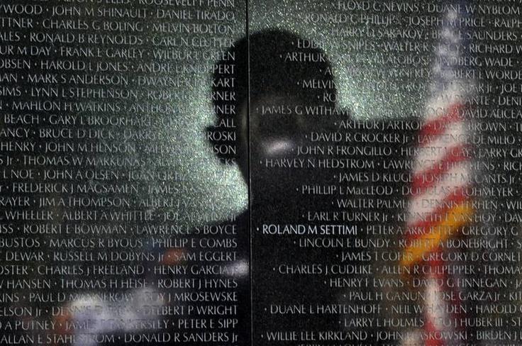 Alors qu'ilprononcait un discourslors delacélébrationdu 50e anniversairedela guerre du Vietnam, l'ombre de Barack Obama était portéesur le mur du Mémorial des vétérans du Vietnam où les noms desmilitaires américains morts pendant la guerresont gravés.