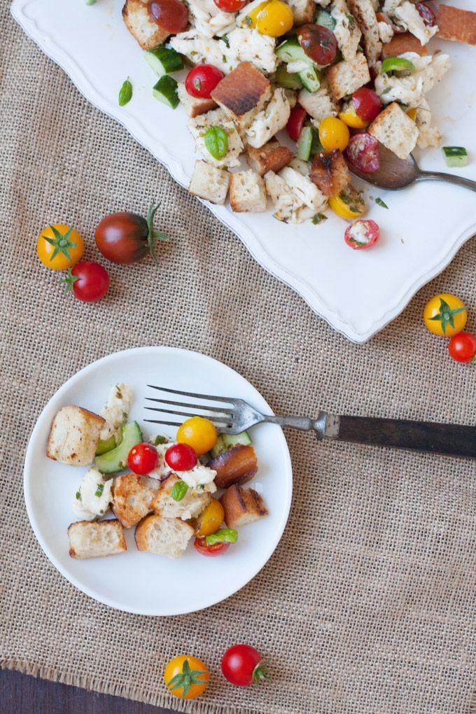 Panzanella - Italienischer Brotsalat der Extraklasse. Schnell, kunterbunt, verdammt gut - kochkarussell.com