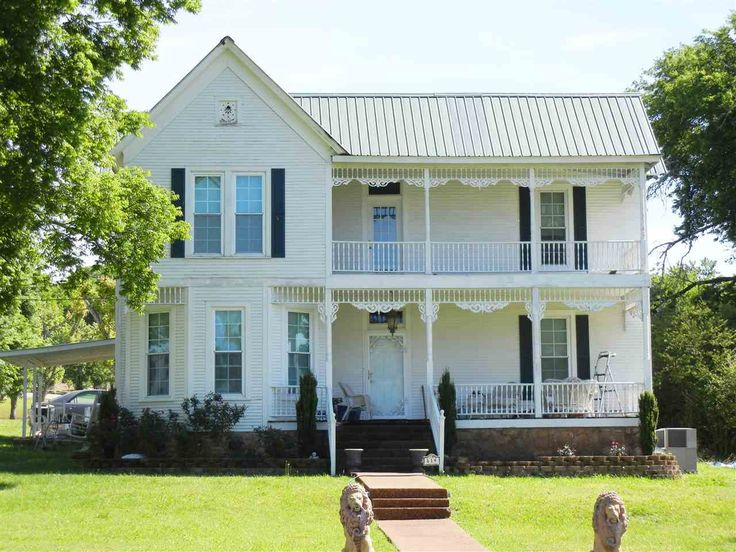 Victorian Home in the Historical Clifton Tennessee River Community! Completely updated and restored 4 bedroom, 3 bath, formal living and dining room, den and laundry room. Stainless steel appliances included, 9' ceilings, beautiful crown moldings. A must see! in Clifton TN