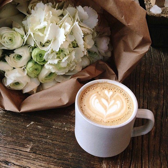 Bonjour toi!! Tiens un bon café pour toi ainsi que des fleurs a poser sur ton bureau... :-)