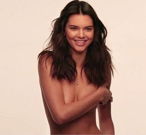 Adik Kim Kardashian, Kendall Jenner Berpose Hampir Telanjang