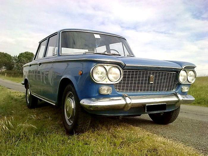 Fiat 1300 uit 1961  GEGEVENS Originele platen en papieren: Italiaans Registratie: 01/1961 Kilometerstand: 15 000 km Eigenaars: 2 Brandstof: benzine Motor: 1295 cc Kleur: Bluette Conditie en onderhoud: geweldig  Conditie verf en body: hard en ok Versnellingsbak: handgeschakeld Deuren: 4/5  BESCHRIJVING Prachtig exemplaar van de Fiat 1300 uit 1961, versnellingsbak aan het stuur, zwart vierkant 5-cijferige nummerplaten en origineel boekje, 2 eigenaars in 40 jaar tijd, onderdeel van een…