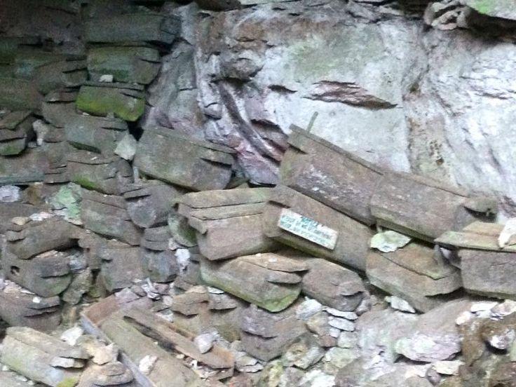 stablede kister i grotte indgang Sagada