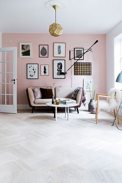 Mooi interieur met een zachte uitstraling door de roze muur. #interieur #kleur