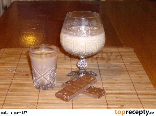 Vaječný likér 8x jinak Likérový základ  plnotučné mléko - 1 litr rum - 0,5 litru žloutky - 4 kusy salko - 1 konzerva cukr - 100 g  Vanilkový (likér) 2 žloutky navíc 2 vanilkové cukry  Kávový (likér) 3-6 lžiček instantní kávy  Čokoládový (likér) 1-2 tyčinky ledové kaštany  Kakaový (likér) 1 tuba pikaa  Karamelový (likér(  Mandlový (likér) mandlová esence  Kokosovo-karamelový (likér) 200 g strouhaného kokosu  Banánový (likér) 2 balení banánového pudinku