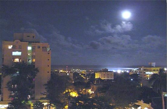 """La luna de Barranquilla  Es muy difícil poder decir en dos estrofas y tres minutos, todo lo que se puede sentir cuando a tu tierra le rindes tributo..."""". Con estas palabras inicia una de las cientas de canciones que nativos y extraños, atraídos por el embrujo de """"la luna que maravilla"""", han compuesto en Barranquilla."""