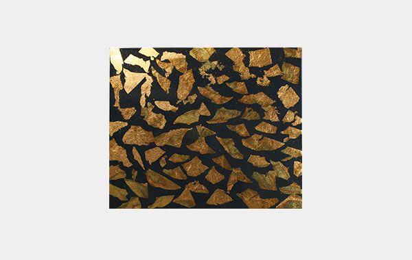 Ambachtelijk verguld decoratief plaatmateriaal 'Briljant Blue'. Dutch metal: kleur: oxid blauw goud geplakt op blauwe ondergrond. De tekening kan verschillend zijn, dit komt door het oxideren. Afgelakt met 2 componenten hoogglans lak. Zeer decoratief voor wanden, plafond en meubelen. Standaard 4 mm MDF. Ook leverbaar op andere materialen of  ondergrond kleuren. Natuurlijk kunnen wij ook de door u aangeleverde panelen of meubelen voorzien van deze techniek. Informeer naar de mogelijkheden.