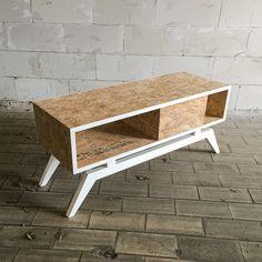 Cool handgemaakt dressoir van OSB hout met contrasterend wit onderstel. / Cool cabinet made of OSB wood with contrasting white legs.