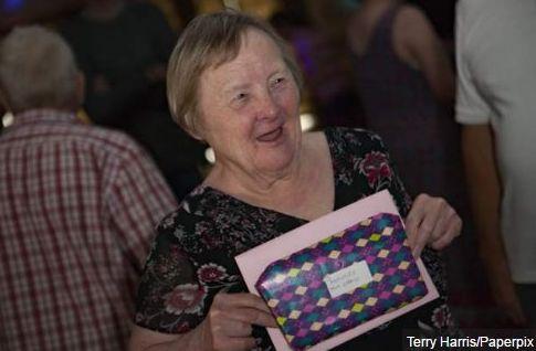 La historia de Frances Gillett es por demás singular. Contra todo pronóstico, ha logrado lo que quizá nadie: vivir con síndrome de Down, enfrentar una batalla contra el cáncer y recibir un diagnóstico de tuberculosis. Ahora está de fiesta, pues acaba de cumplir 75 años de edad.