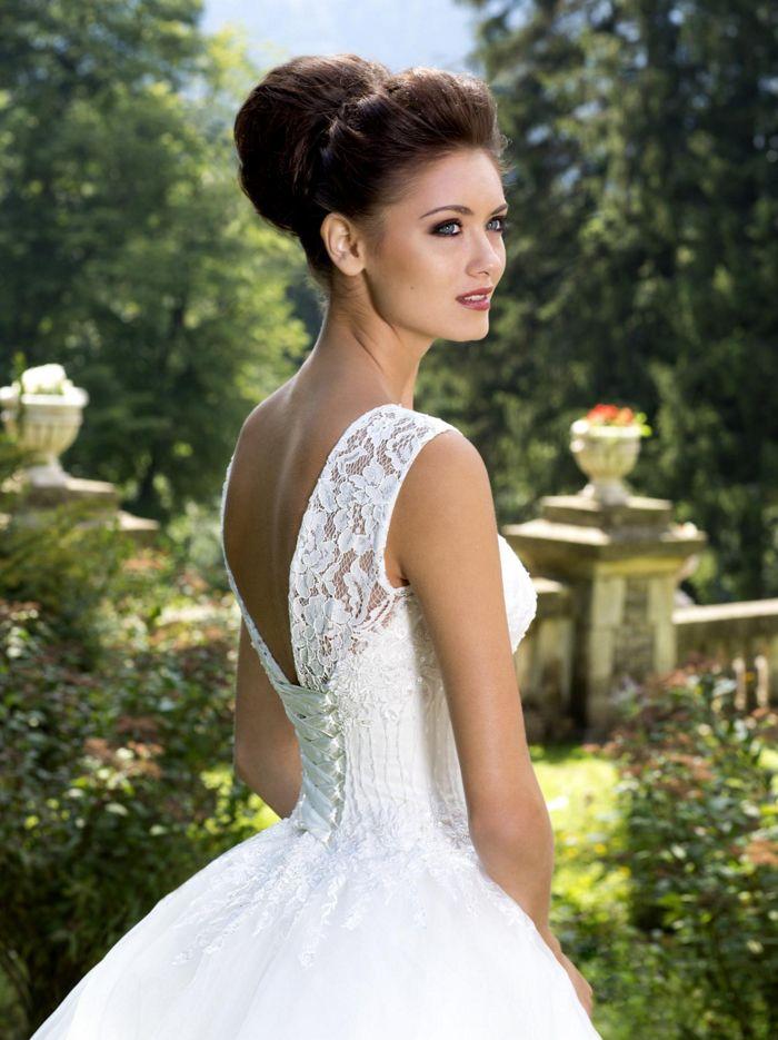Svadobné šaty s čipkou a holým chrbtom