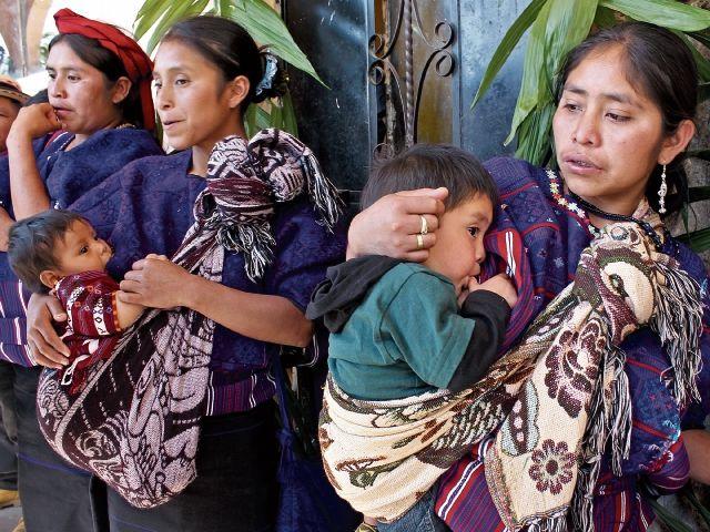 Una enfermera atiende a un bebé en el área de recién nacidos en el Hospital Regional de Cobán. (Foto Prensa Libre: Mike Castillo)