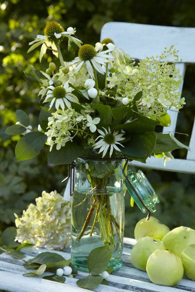 nazomerboeket met zonnehoed - De bloemen van Echinacea (zonnehoed) stralen in de border tot ver in de nazomer. Pluk ze voor een heerlijk nazomerboeket met pluimhortensia 'Limelight' en witte sneeuwbessen. De Echinacea-soorten in dit boeket zijn E. 'Kim's Mop Head' en 'White Swan'. Leuk idee: gebruik een weckpot als vaas.