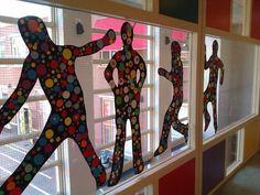 Leuk om de ramen/ muren mee te versieren. Je lijf omtrekken en vervolgens beplakken met gekleurde ballen.