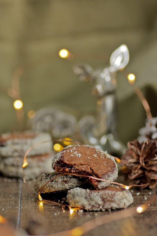 Schokolade und Rotwein sind nicht umsonst eine beliebte Kombination für Plätzchen. Diese Schoko-Rotwein-Plätzchen bringen noch Himbeer und Mandeln ins Spiel