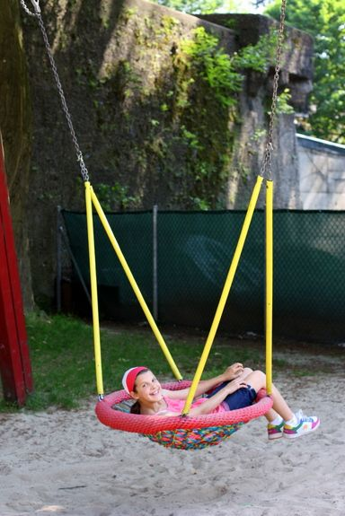 cool swing. This gives me an idea to use the Papasan chair frame I have.