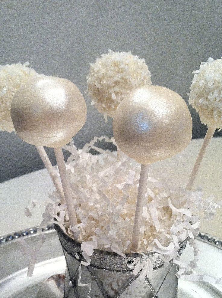 Hermosos cake pops en blanco para rodear el pastel de bodas. Creados por Frost the Cake