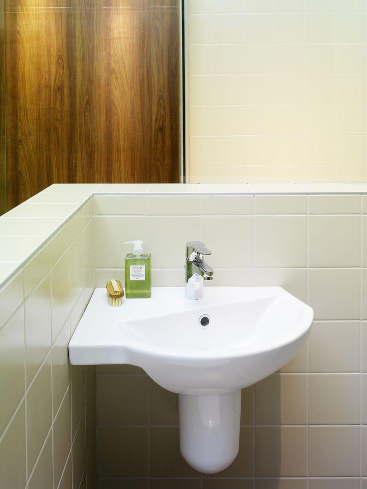 Tvättställ (>50 cm bredd) från Logic. Hörntvättställ som sparar en hel del plats i badrummet.