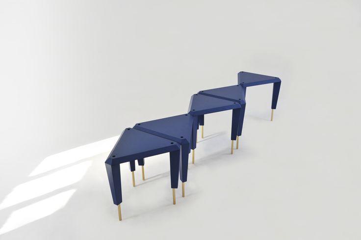 ziggurat - Ce tabouret et table d'appoint est un motif simple, un triangle équilatéral qui se destine à devenir l'élément primaire d'une architecture d'intérieur à géométrie organique. http://shop.smarin.net/fr/40-tabouret-table-appoint