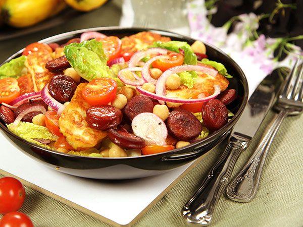 Sallad med halloumi, chorizo, ugnsrostade tomater, kikärter och citrondressing.