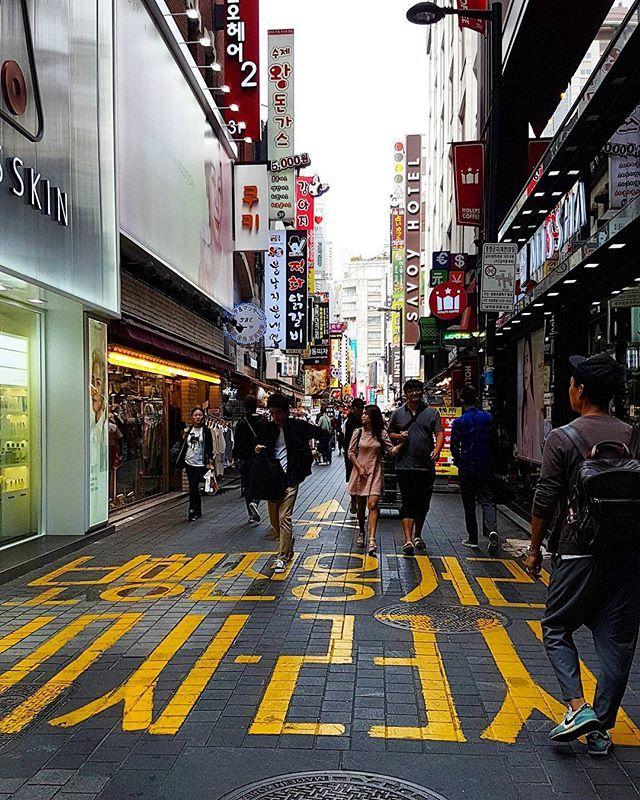 Dzielnica Myeong-dong w Seulu  #seoul #instatravel #traveltheworld #traveldaily #worldtrip #asia #korea #korean #globetrotter #goabroad #girlswhotravel #streetphotography #holiday #archilover #architecture #traveltheworld #exploretocreate #ourplanetdaily #nomadephotographers #wakacyjnipiraci #wanderlust #wakacje #findyourself #igerskorea #digitalnomad #weliketotravel #myeongdong