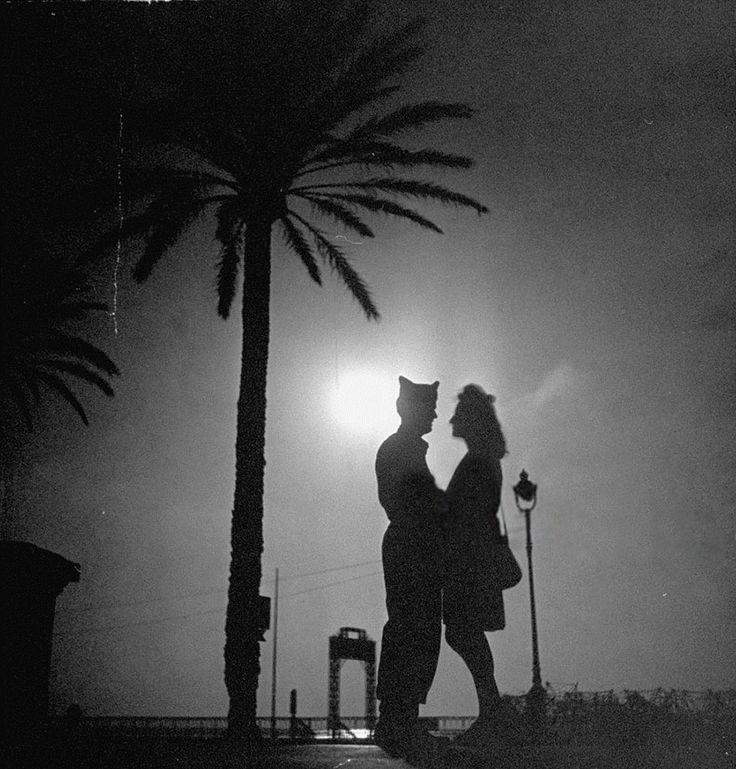 Un soldato statunitense insieme alla fidanzata francese. Anni '40. David E. Scherman