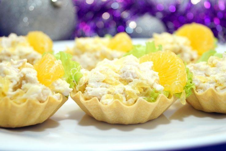 Тарталетки с салатом «Мандариновый рай» на праздничном столе, это удобно, красиво и практично. А волшебный салат с мандаринами не оставит гостей голодными.