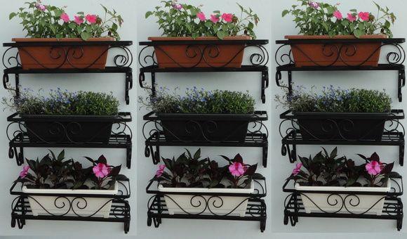 Floreira De Parede Para Jardineira Tipo Canguru - 25x45x17cm Valor unitário. Disponível nas cores preta e branca. Produto em ferro com pintura eletrostática. 100% artesanal. Vasos e flores não acompanham a peça. Frete não incluso. R$ 49,00