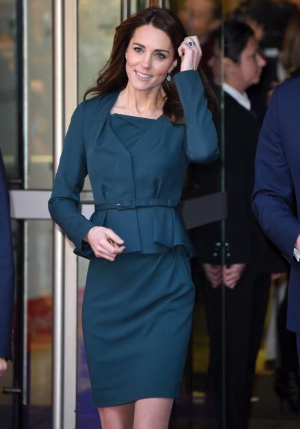 Kate Anfang Dezember 2015 bei einer Wohltätigkeitsveranstaltungin London: DasraffinierteSchößchenan ihremflaschengrünen Dress rücktCatherinesschmaleTailleins rechteLicht.