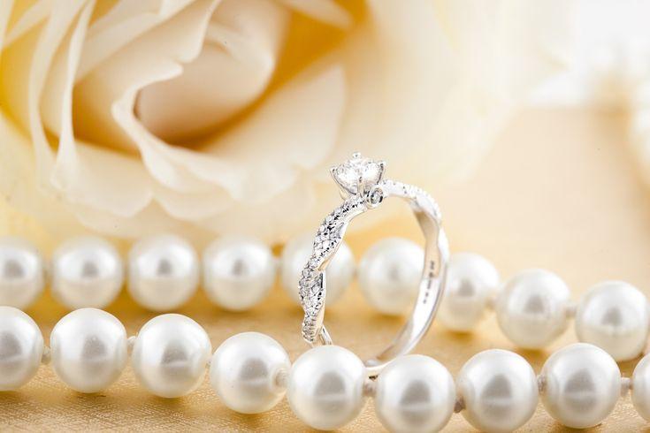 Inel de Logodna Solitaire cu Diamante Mici pe Lateral Dama Aur Alb 18kt cu Diamante Rotunde Briliant si Design Impletit Model.#: RD780W