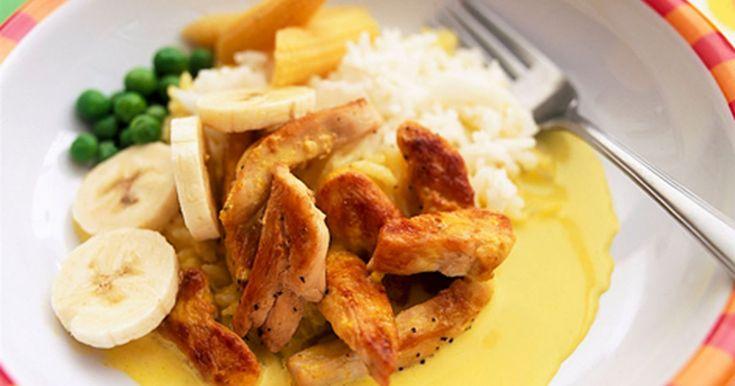 Kylling serveret med banan, ærter, ris og majs - bland selv og ta det du kan lide.