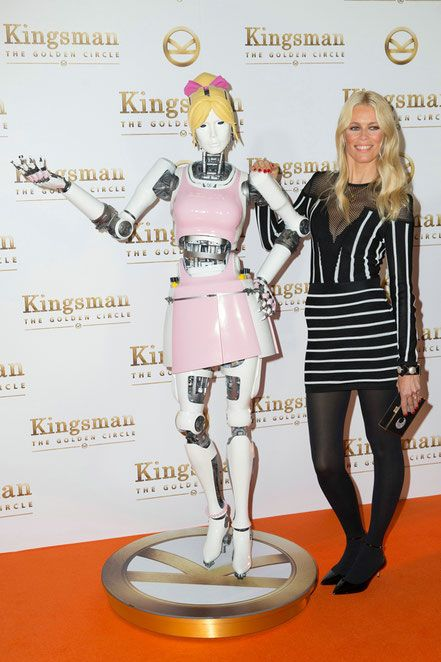 Kingsman The Golden Circle - Claudia Schiffer with The Beauty Bot - Fox - kulturmaterial