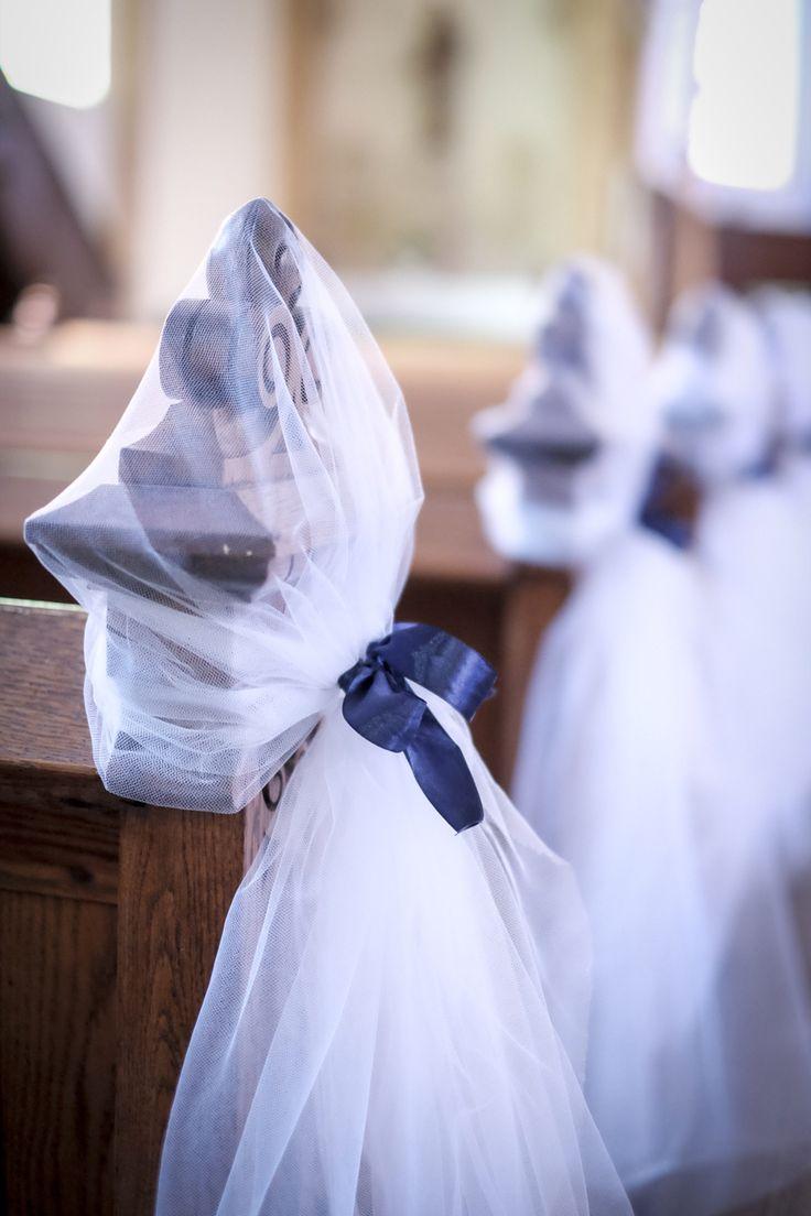 Décoration des bancs d'église en tulle et ruban bleu marine satiné !  Photographe : Michel Weyland  (Wedding, mariage, bleu, blue, église, church, décoration, DIY )