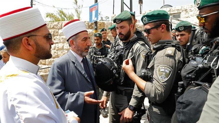 Hari Kemarahan untuk Israel Penjajah Zionis Larang Pria Muslim di Bawah 50 Tahun Masuki Al-Aqsha  Warga Palestina khawatir penjajah Israel mencoba merebut kembali Masjid Suci Al-Aqsha. (Foto: Jack Guez/AFP)  AL-QUDS (SALAM-ONLINE): Polisi Israel melarang pria di bawah usia 50 tahun memasuki komplek Masjid Al-Aqsha. Larangan penjajah itu diumumkan pada hari ini Jumat (21/7/2017) beberapa jam menjelang demonstrasi massa untuk mempertahankan Masjid Al-Aqsha dari cengkraman Zionis Israel.  Hari…