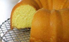 """Πρόκειται για ένα πραγματικά εύκολο κέικ πορτοκαλιού, με λίγα υλικά, που λύνει τα χέρια σε όσους κάνουν όλα τα """"άμπρα-κατάμπρα μαγικά"""" για να φουσκώσει το κέικ τους,αλλά εκείνο δεν υπακούει. Τι χρειαζόμαστε: 250 ml ηλιέλαιο/σπορέλαιο ή 250 γρ μαργαρίνη (προτιμώ το πρώτο προσωπικά!) 1 1/2 κούπες ζάχαρη (η κούπα"""