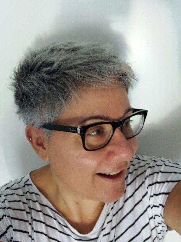 I miei capelli grigi artificiali mischiati a quelli veri, risultato di un paio di mesi di non-decolorazione. Shampoo antigiallo quasi a ogni lavaggio in attesa di ricominciare a decolorare a settembre.