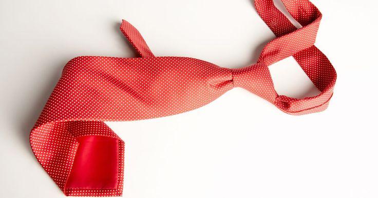 Como fazer uma gravata para um bebê. Uma pequena gravata é um adereço fofinho para o visual de um garotinho em cerimoniais de igreja, feriados ou retratos de família. Porém, gravatas para bebês são difíceis de encontrar e podem ser caras. Você pode fazer a sua própria, mesmo sem experiência em costura. Já que a gravata do bebê é feita com uma peça adulta, você pode fazer gravatas que ...