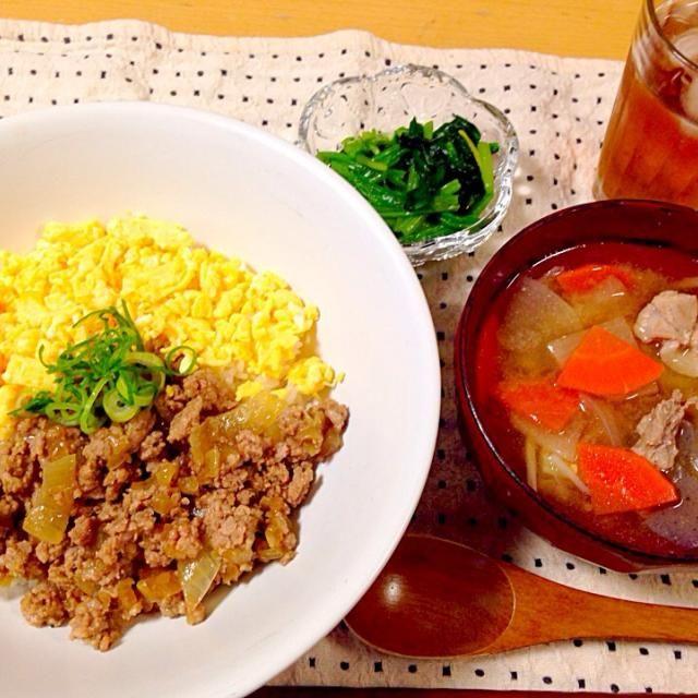 娘と二人でいただきまーす! - 13件のもぐもぐ - そぼろ丼と豚汁、ほうれん草のお浸し by yukik816