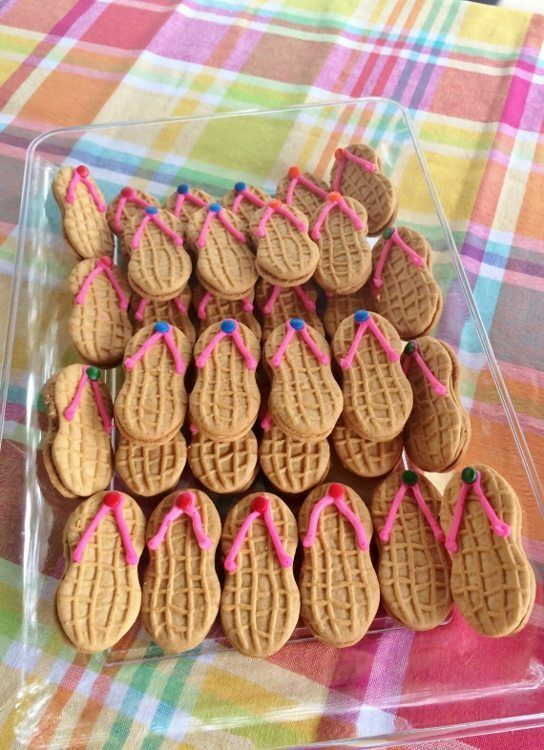 Soooo cute! Go along with the teddy graham in a gummy idea. Beach Themed Party Flip Flop Cookies