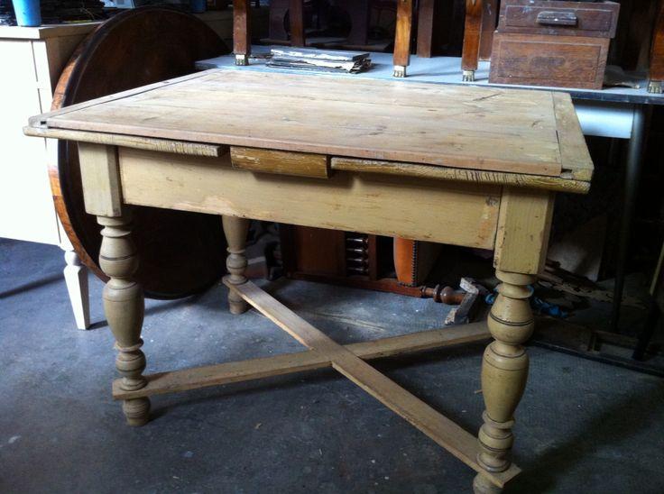 Tavolo rustico allungabile con base laccata e piano naturale