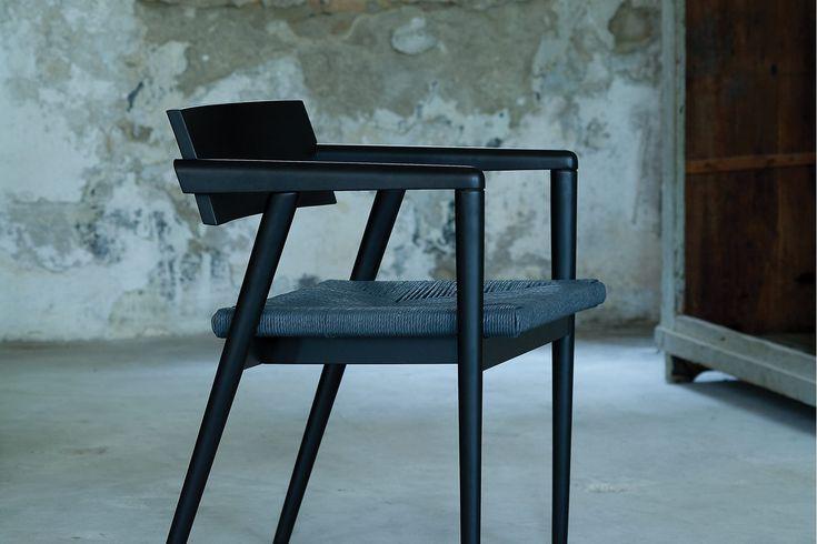 Dormito - dřevěné křesílko s vyplétaným sedákem.
