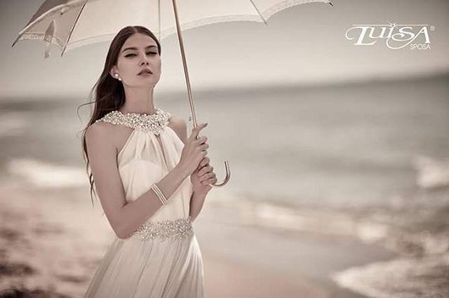 Abiti eterei e preziosi, destinati ad una sposa sofisticata. Delle linee accattivanti che donano un tocco glamour e di gran classe.  Modello L 71111 #luisasposabride www.luisasposa.info http://gelinshop.com/ipost/1515181177999565639/?code=BUHAUDtBaNH
